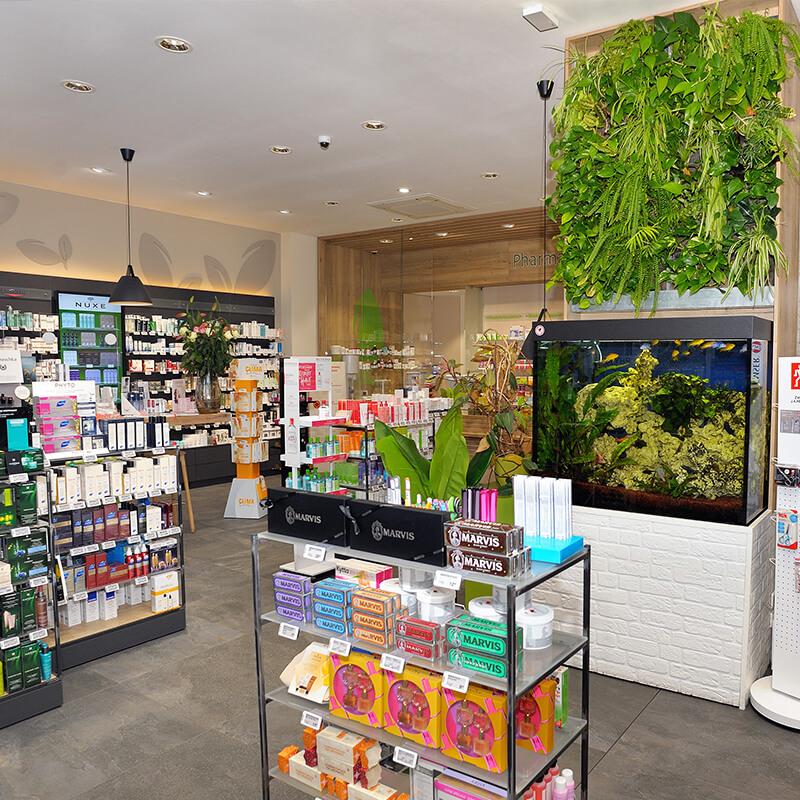 Apotheke Berlin Innensicht mit Aquarium und großer Auswahl